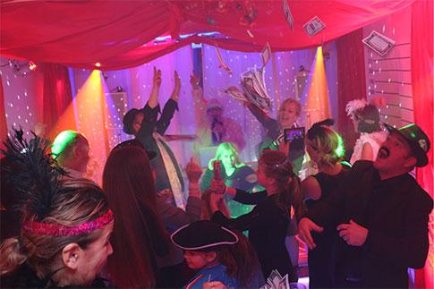 Jouw Feest Vier Je Thuis Een Leuke Feest Dj Tot Catering En Partytent
