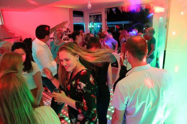 Sfeerimpressie Thuis-feest met dj en dansvloer