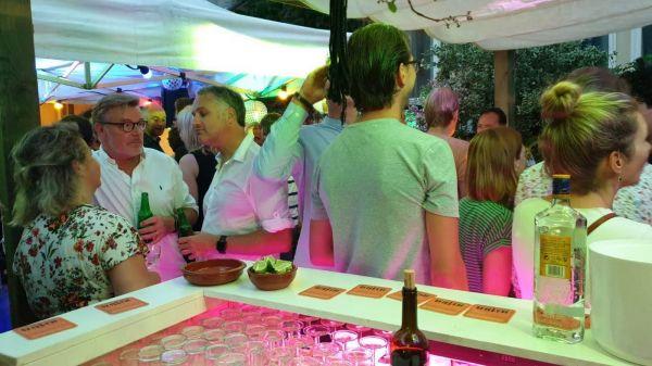 feest met bar en gasten