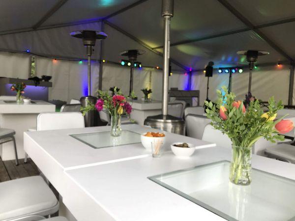 tafels in tent