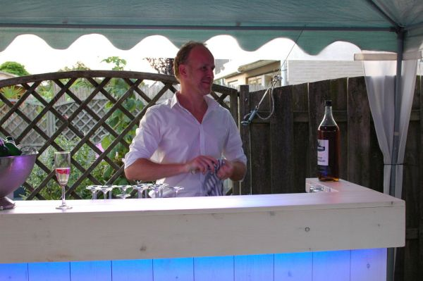 Verlichte bar met barman