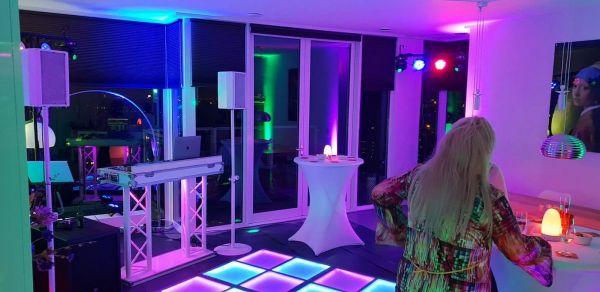 dj en verlichte dansvloer in woonkamer