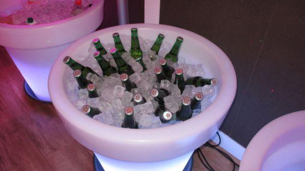 verlichte bloempot met bier en ijs