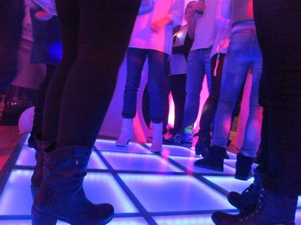 Sfeerimpressie Thuis-feest met dj en verlichte dansvloer