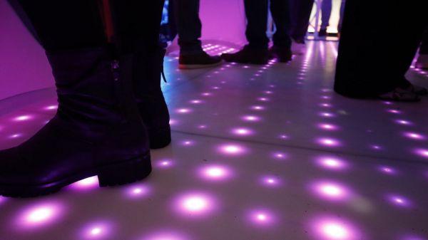 Verlichte dansvloer in de woonkamer
